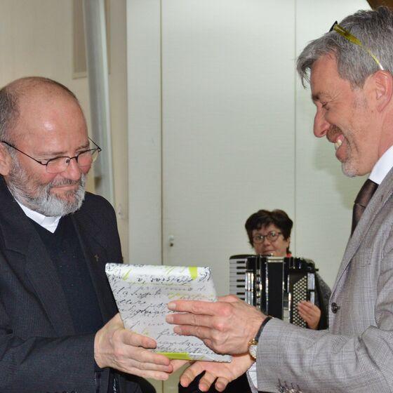 Gerhard Wagner bekam von Ditmar Hartmann ein Dankeschön überreicht
