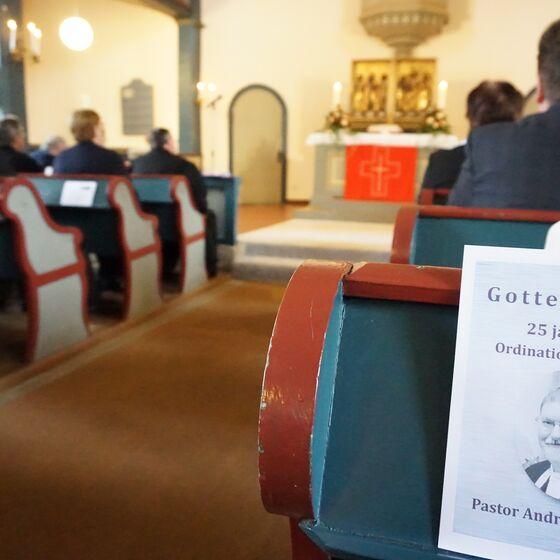 Die Kirche war vollbesetzt zum Ordinationsjubiläum von Pastor Andreas Schmidt.