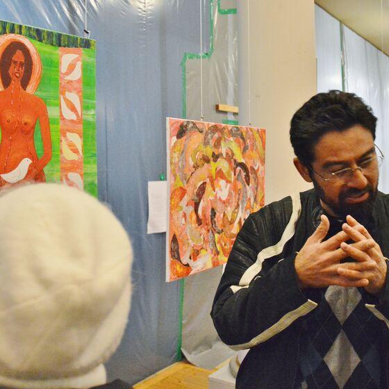 Der Künstler erläuterte auf Wunsch der Besucher jedes seiner Werke