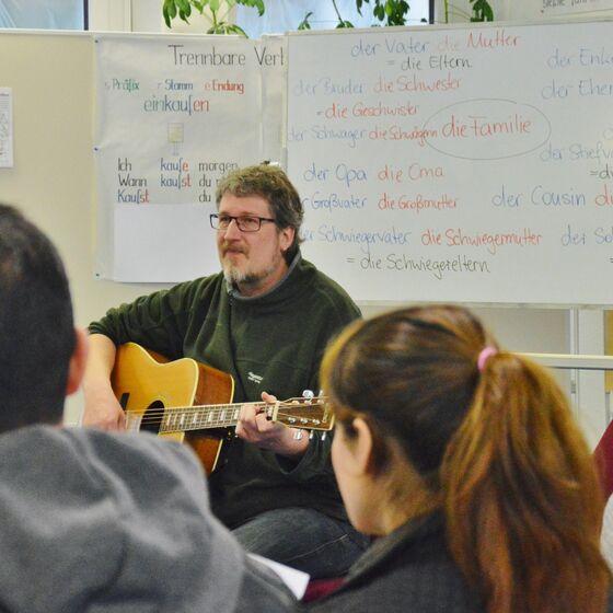 Martin Hampe ist überzeugt, dass sich Sprache über Musik viel leichter lernen lässt