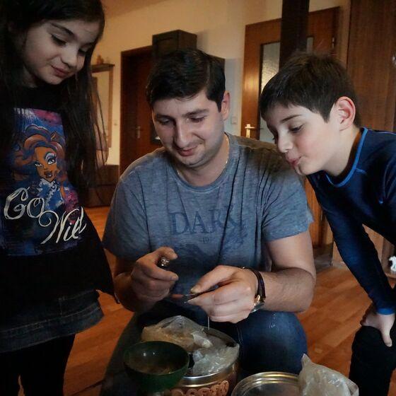 Anano, Giorgi und David (von links) erklären die georgischen Traditionen.