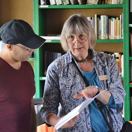 Angela Zölke übte mit den Gästen erste Lektionen aus dem Buch