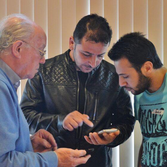 Jörg Beckmann (links) zeigte, wie die App heruntergeladen wird und wie sie funktioniert