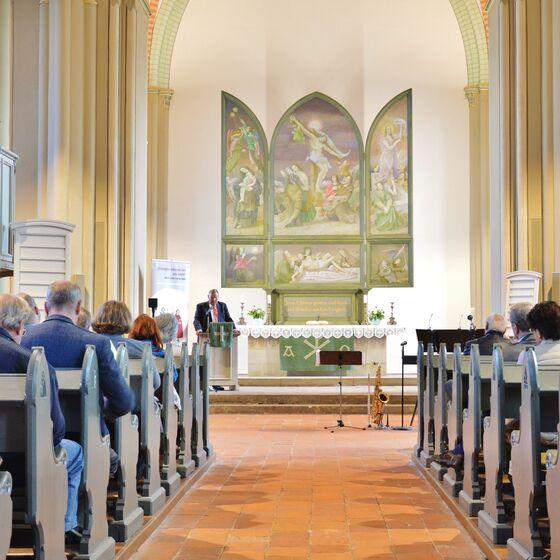 Superintendent Volkmar Keil verwies auf den Altar von Werner Tübke, der ja auch  ein Bauernkriegspanorama schuf