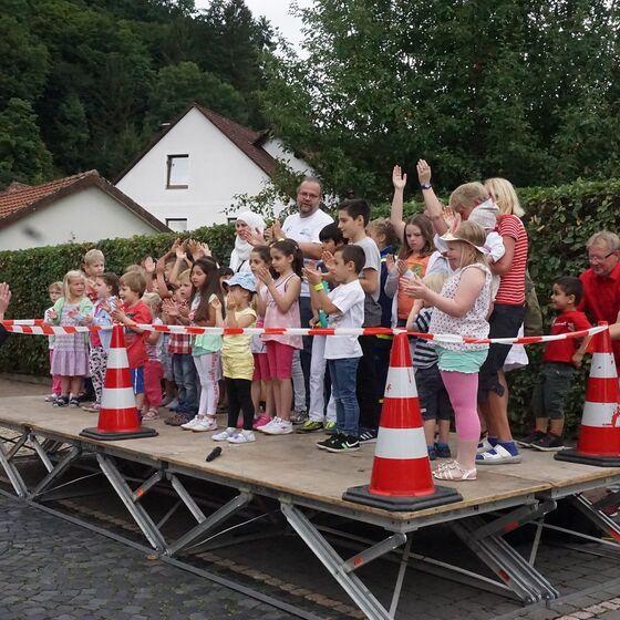 Ein gemeinsames Eröffnungslied der Kinder durfte nicht fehlen.