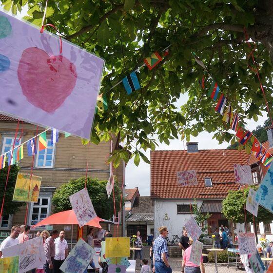 Von den Kindern im Stadthaus gemalte Kunstwerke hingen im Baum.