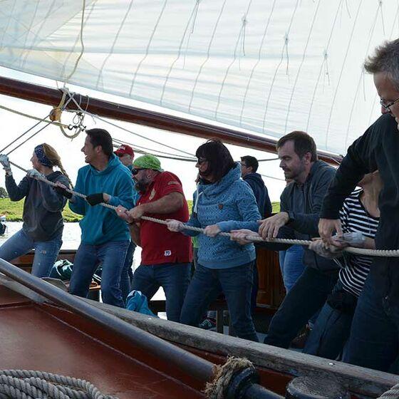 Teamarbeit an der Großschot (Foto: Schwier)