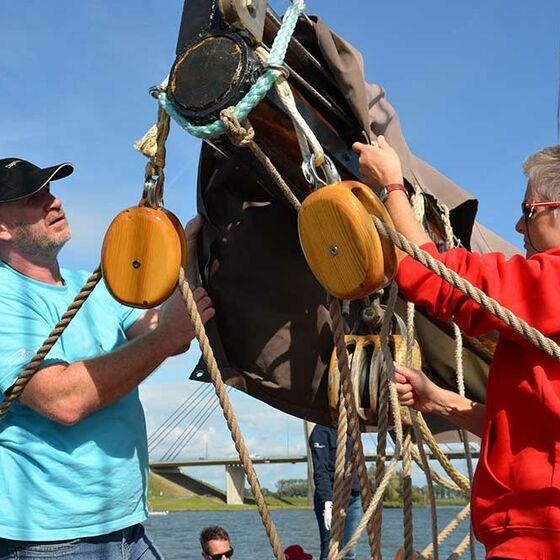 Kampen in Sicht, die Segel werden eingepackt (Foto. Schwier)