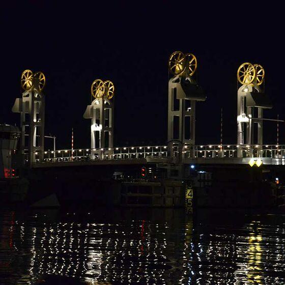 Lichterspiel: Die Kampener Stadsbrug bei Nacht (Foto: Schwier)