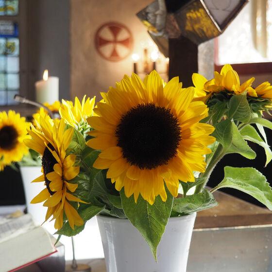 Altar mit Sonnenblumen