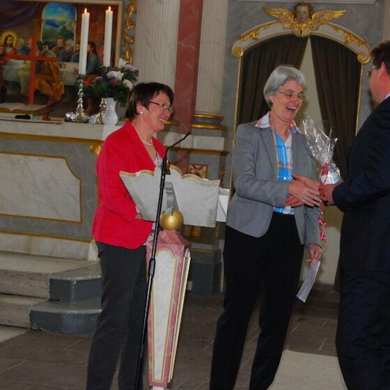 Ute Szameitat (rechts) als Vorsitzende des Kirchenkreistags Gifhorn und Sonnhild Baucke als Vertreterin des Kirchenkreisvorstandes Gifhorn überbringen Grußworte. Foto Ulla Evers