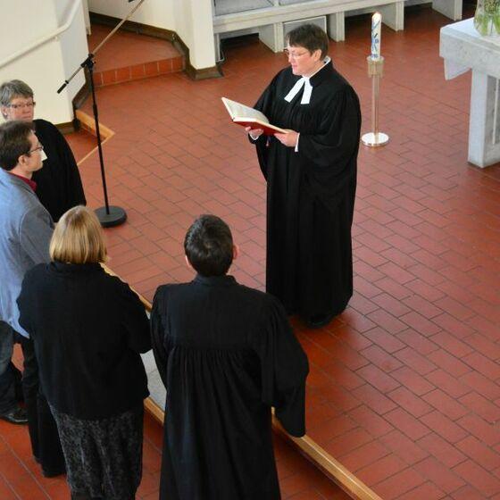 Einführung der Gruppe vor dem Altar, Foto: H.-J.Thoms