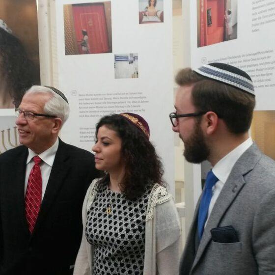Die junge Jüdin (Mitte) ist eines der Gesichter der Ausstellung. Foto Beushausen