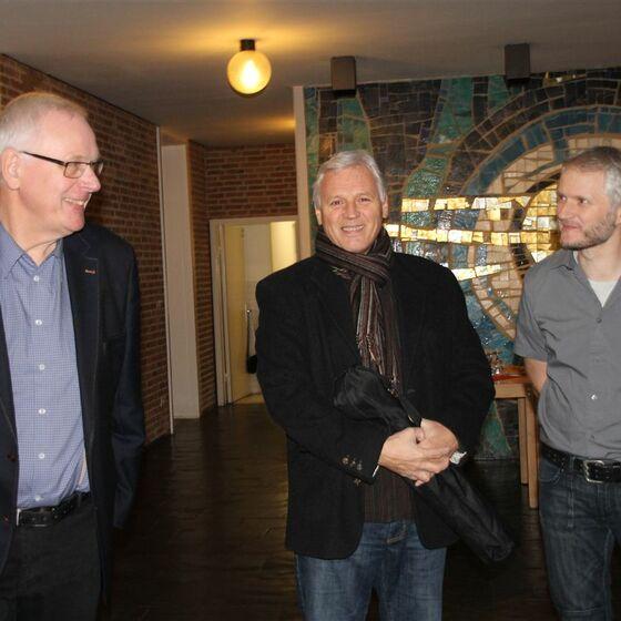Pastor Sievers begrüßt die ersten Gäste zum Theater Metronom