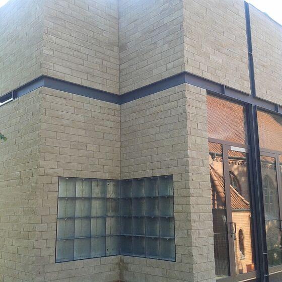 Außenansicht mit Glasfenstern