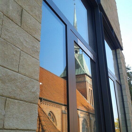 Die neugotische Kirche spiegelt sich