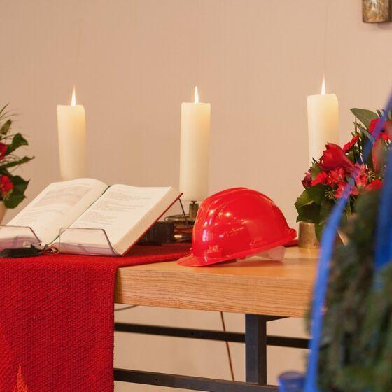 Rot in Rot: Bau-Helm und Parament auf dem Altar