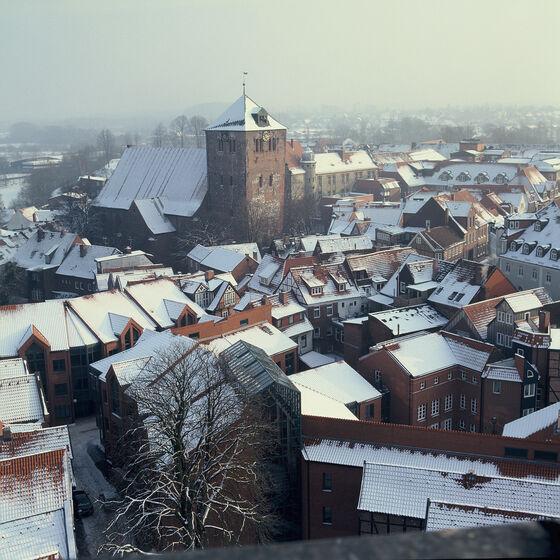 Blick auf die Stader Altstadt mit Wilhadi-Kirche im Winter