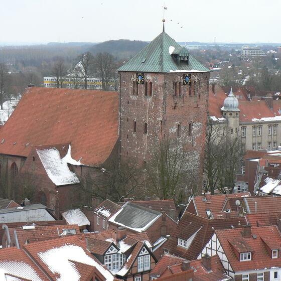 Blick vom Cosmae-Turm auf die Wilhadi-Kirche (im Winter)