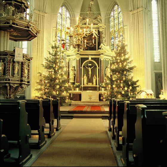 Wilhadi-Altar mit Kanzel zu Weihnachten