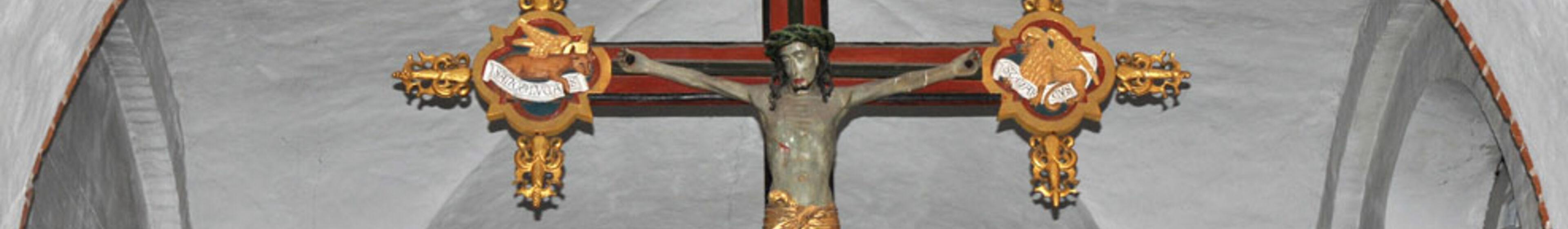 Jesuskreuz über dem Altar