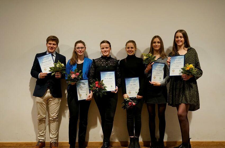 """Prämierte Schüler (JG 13) beim Gala-Abend """"Präsentation der Facharbeiten"""" (01/2020)"""