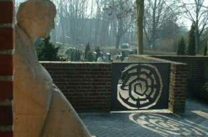 Friedhofspforte_Trauernde
