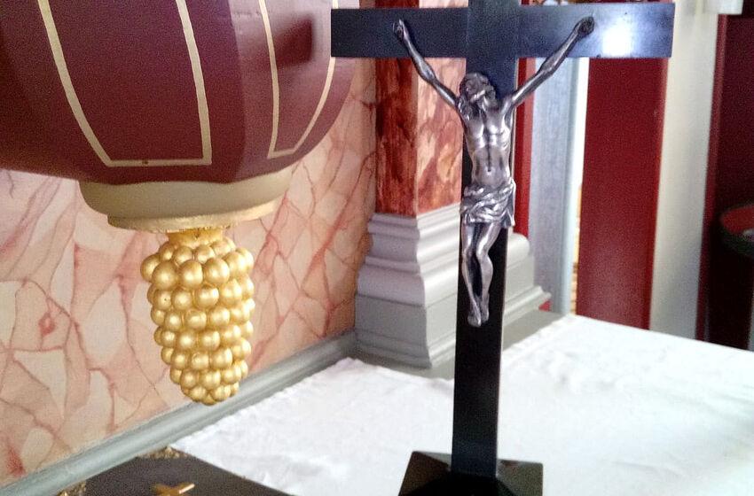 Kreuz auf dem Altar in Groß Lengden (Foto: I. Wegener)