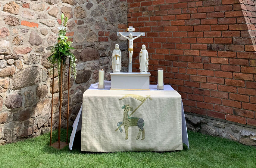 Kreuzigungsgruppe auf dem Altar in Visselhoevede