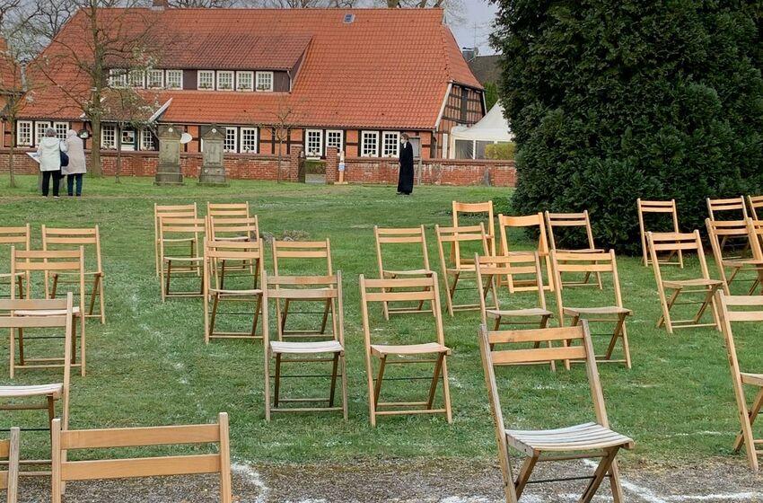 Kirchhof mit leeren Stühlen