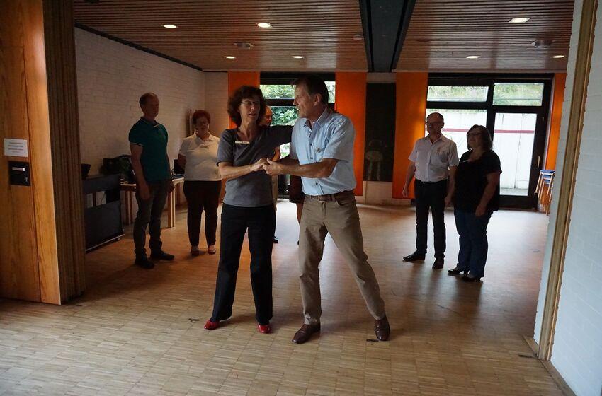 Astrid Kronsbein und Alexander Hansow tanzen vor - die Paare tanzen nach.
