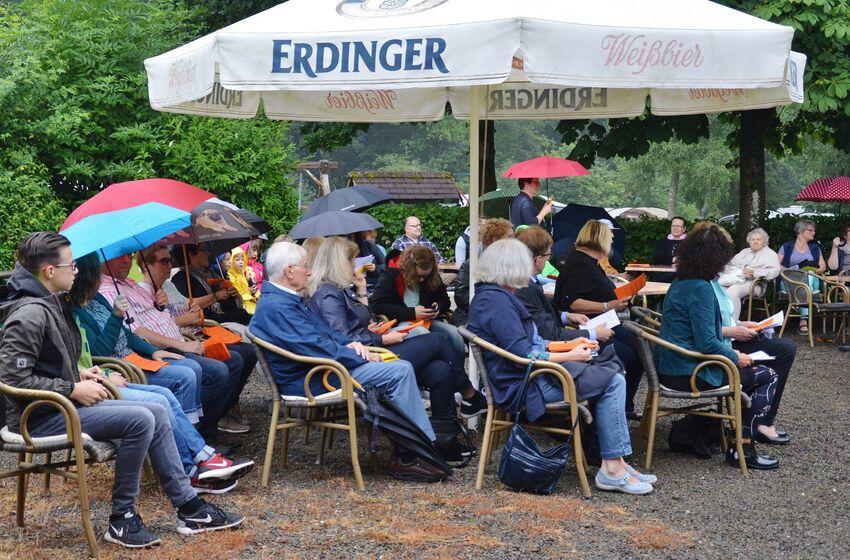 Die Gottesdienstbesucher suchten Schutz unter den Schirmen, doch es blieb trocken
