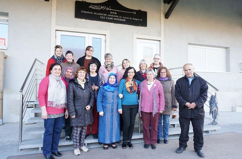Einige der Teilnehmerinnen am interreligiösen Frauenprojekt zusammen mit dem Vorstandsvorsitzenden der DITIB-Gemeinde, Nazif Gülec.