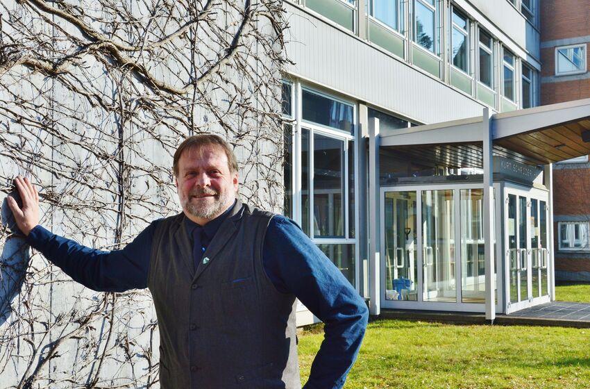 Schulpastor Horst Reinecke holt die Ausstellung in die Kurt-Schröder-Halle der BBS II