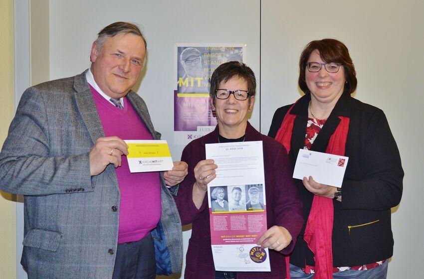 Volkmar Keil, Ingrid Baum und Christa Eulert präsentieren die Wahlbenachrichtigungskarten