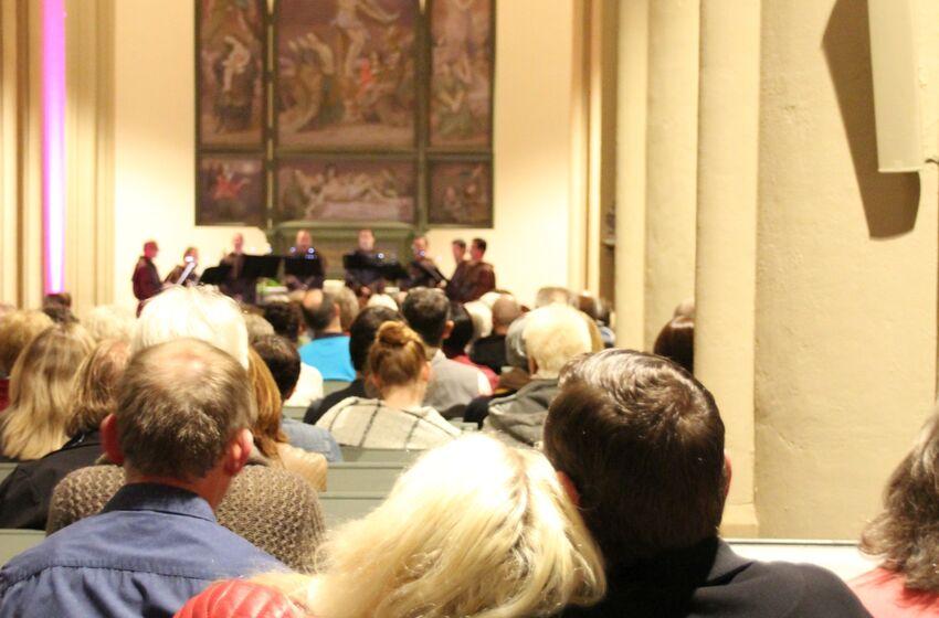 Veranstaltung in St. Salvatoris Pärchen kuschelt kleiner