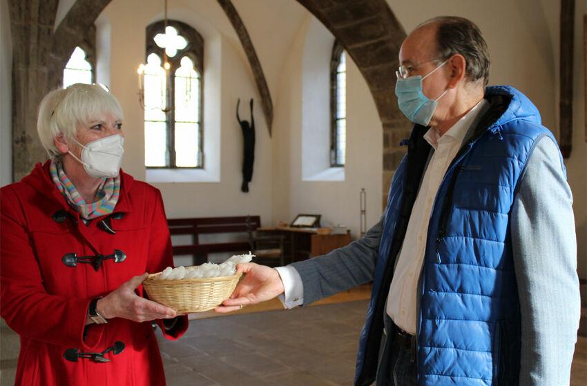 Landesbischof Ralf Meister übergibt die Osterkerzen an Karin Müller-Rothe