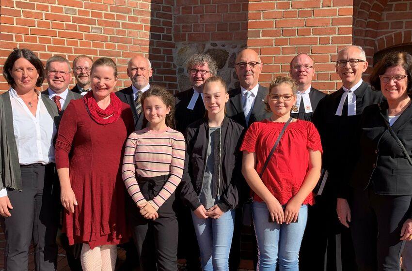 Die Mitwirkenden nach dem Visitationsgottesdienst am 22.09. in St. Stephanus Wittingen mit Landessuperintendent Dieter Rathing (5. von rechts). (Foto: Susanne Berndt)