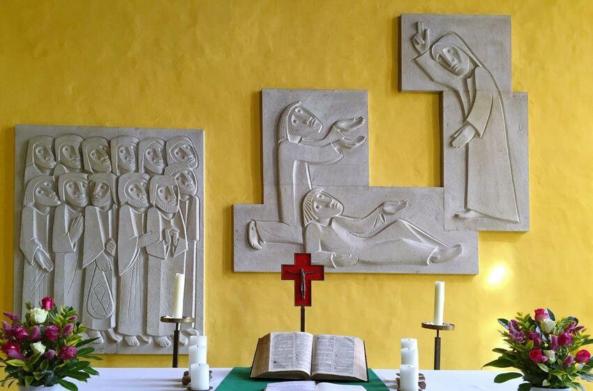 Altar der Markuskirche Stade - Sandsteinrelief des Bildhauers Kurt Lettow - Foto: C. Berndt