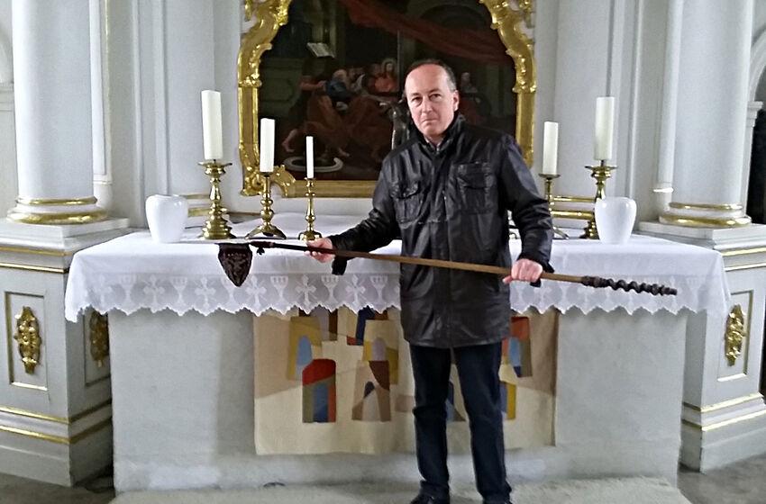 Dr. Thorsten Albrecht mit dem prächtigen Klingelbeutel in der Kirche in Kolenfeld / Foto: Lars Werner