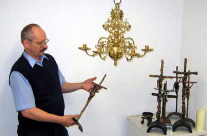 Dr. v. Poser mit Altarkreuzen von Hilko Schomerus
