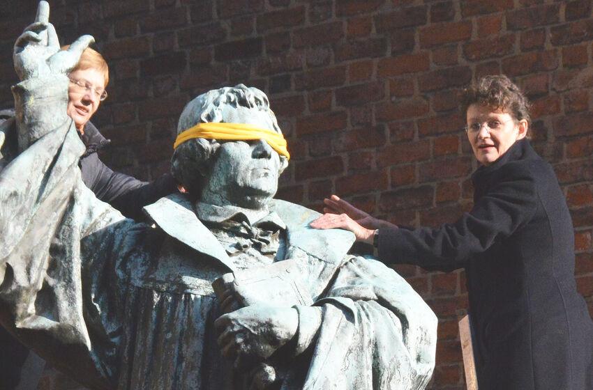 Ursula Rudnick (l.) und Hanna Kreisel-Liebermann an der Martin-Luther-Statue neben der Marktkirche