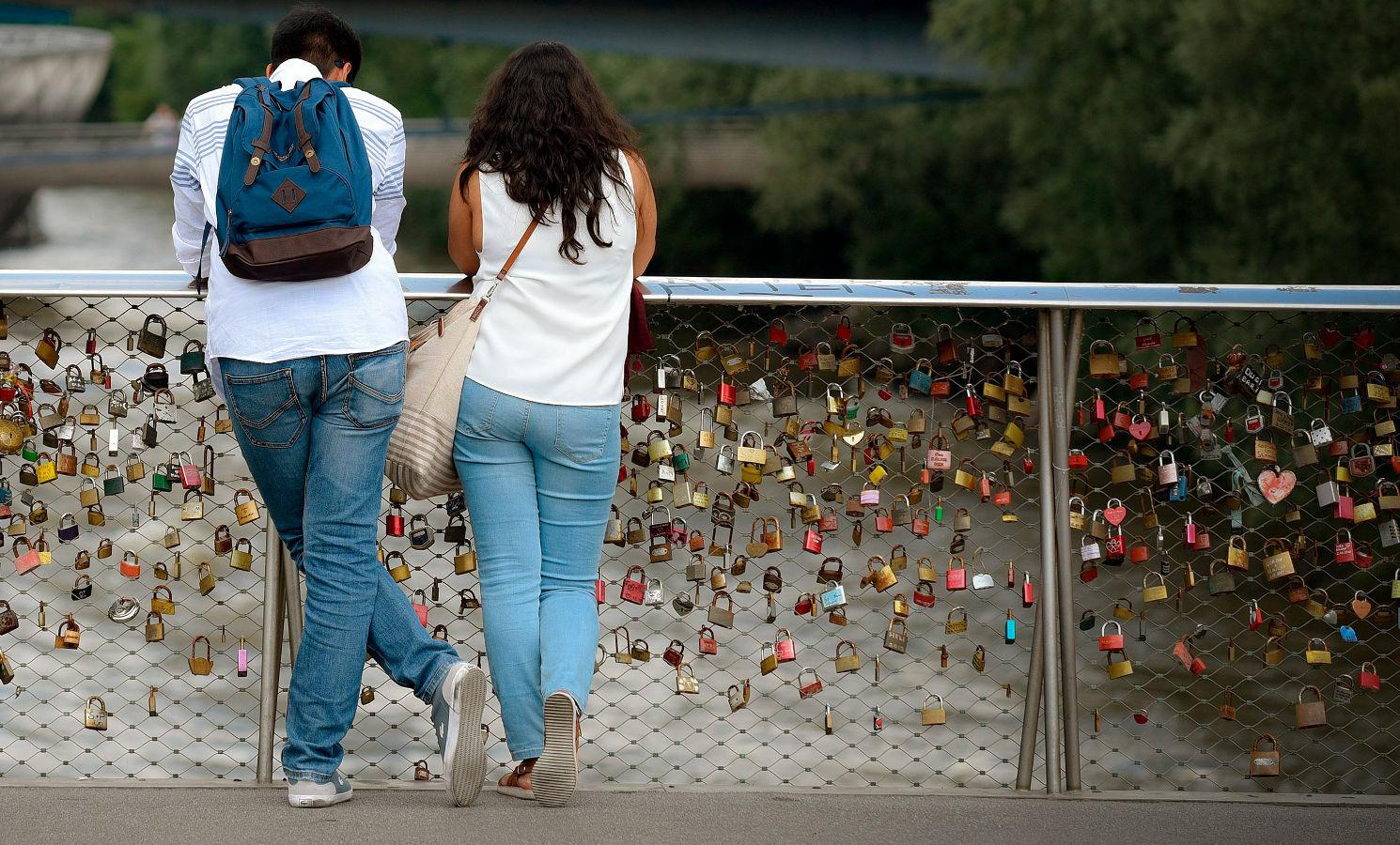 Paar am Fluss
