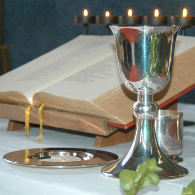 Bibel und Kelch