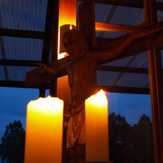 Kruzifix im Kerzenschein