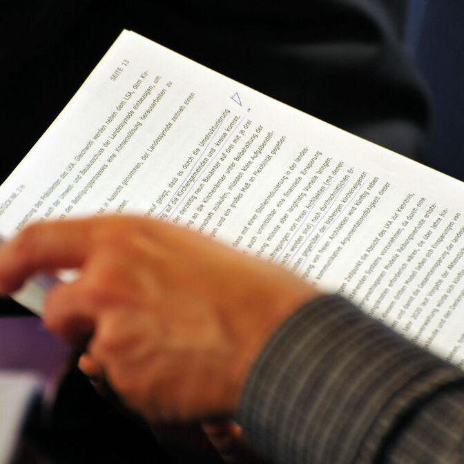 hand-arm-papier-lesen-mann