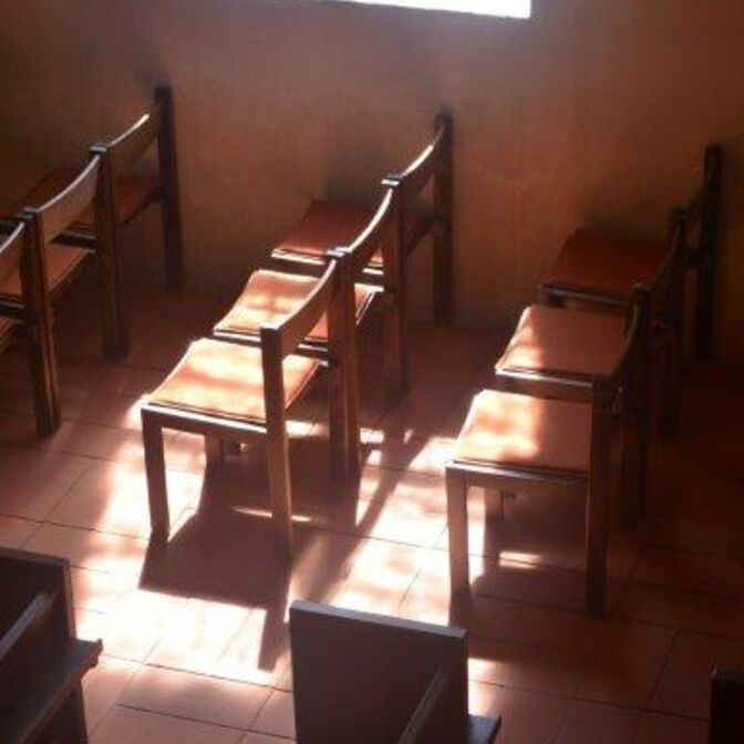 Teaser_leere Kirche_Stühle