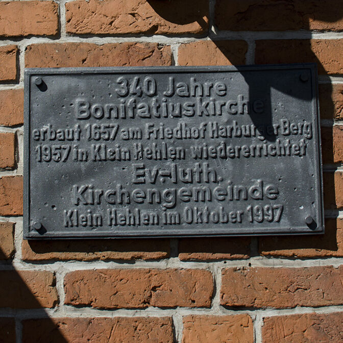 Schild am Eingang zur Bonifatiuskirche