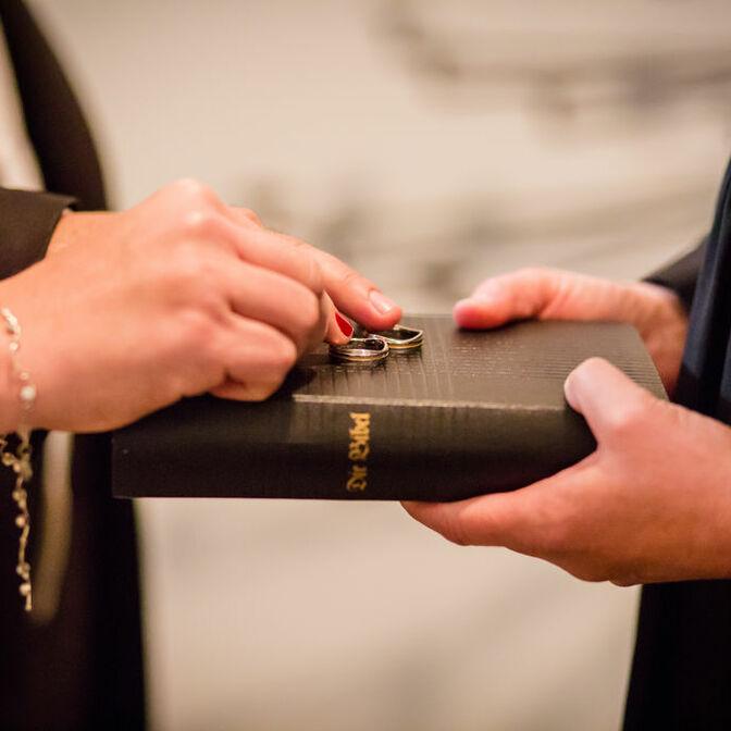 Hochzeit Ringe auf Bibel