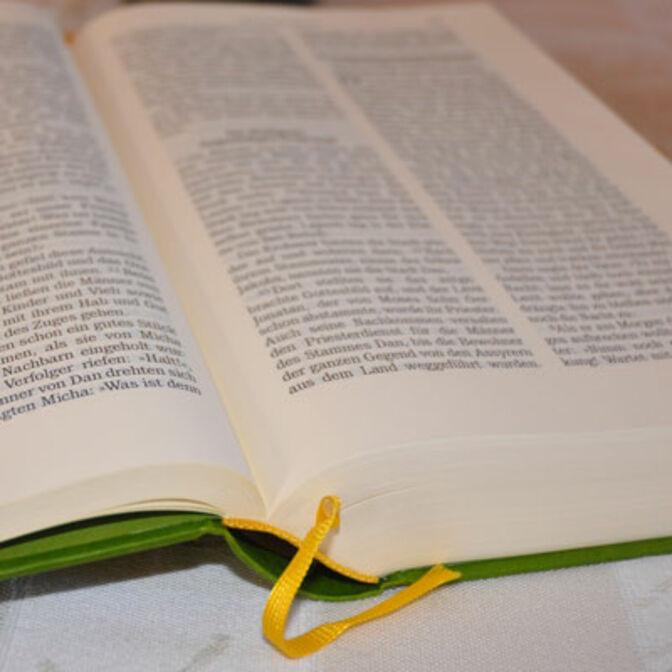 Ausschnitt einer aufgeschlagenen Bibel